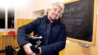 五星运动始创人格里洛投票后,笑对媒体镜头。