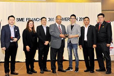 大会赠送纪念品予两名主讲者,左起是刘泗嶑、黄美香、李金丰、拉玛沙米、陈泳任、黄新龙及陈肯尼。