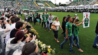 在悼念活动中,球迷们向沙佩科恩斯罹难的球员致敬。