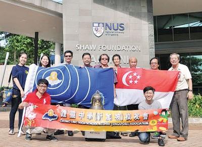 新加坡国立大学锺灵学生与百年校庆纪念铜钟合影。