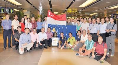 新加坡樟宜机场迎接百年校庆纪念铜钟。