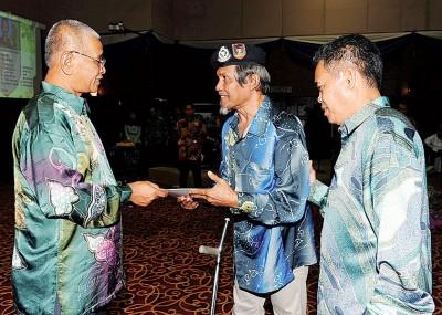 诺拉往(左起)周二以晚宴颁发褒扬奖状给阿末马哈迪。