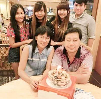 郭金祖(前排右)刚于12月2天开心地以及家人过生日,连许愿希望家人都能够安全健康生活。