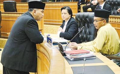 曾敏凯(中)与其他州议员交流。
