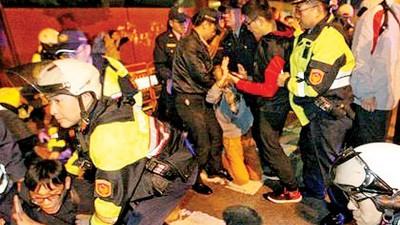 青年团体成员中警员驱逐。