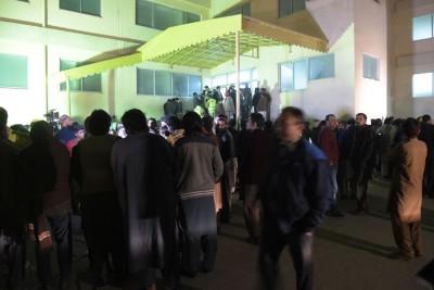 民众到医院等候消息。(法新社照片)