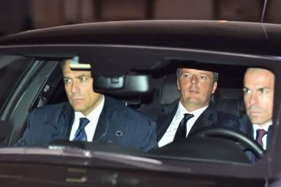 意大利总理cabet990亚洲城手机版(中)抵达总统府,准备向总统正式呈辞。(法新社照片)