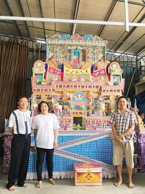 徒弟余国光(右)为师傅李长春打造13尺高的灵厝,左为师兄黄财旺及师姐李少卿。