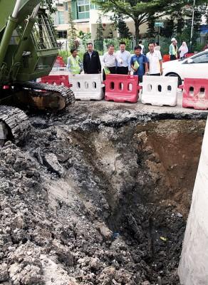 林峰成(左3)及杨顺兴(右3)巡视并了解,湖内路所进行的排污系统工程进展及当地交通情况。