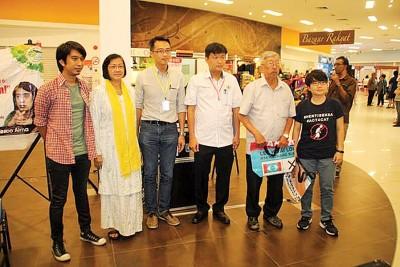 李凯伦(左3)颁发纪念品给主讲人及协调员,左起是阿当阿里、玛丽亚陈、王泽钦、连毅勇、罗贵玲。