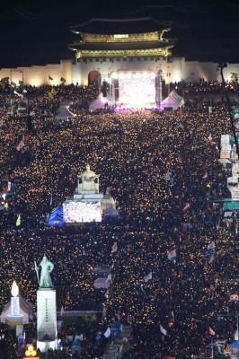 光化门广场周六继大批群众集会。(法新社照片)