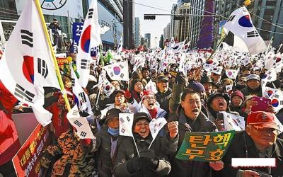 """朴槿惠之跟随者持国旗,和""""相反朴""""群众对杀。"""