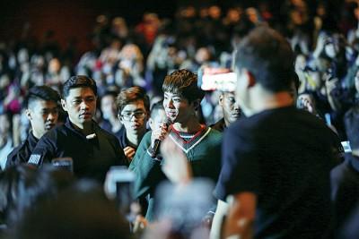朴宝剑现身观众席唱情歌,粉丝几近暴动。