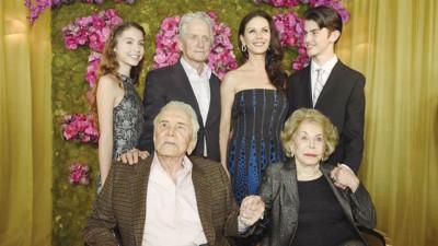 寇克道格拉斯(前排左起)与小3岁的妻子安贝登、72岁儿子麦可道格拉斯与嘉芙莲史蒂钟丝的一对儿女三代同堂。