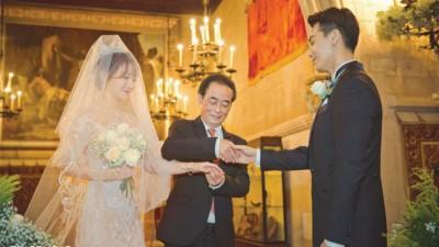 陈紫函爸爸把女儿的手交给戴向宇。