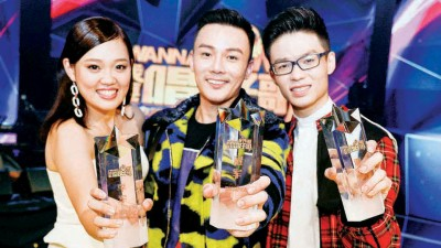 李文杰(中)拿下《我要唱好歌》冠军 ,亚军是来自马大的陈劼扬(右) 。季军则是黄思淇(左)。