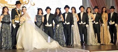 陈文宏和陈燕玲与兄弟姐妹团在台上靓丽亮相。(图自脸书)