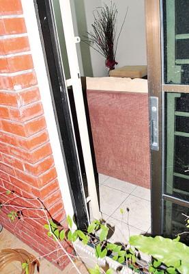 家玻璃门被贼徒撬开。