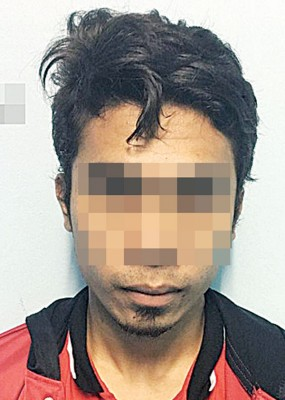 男子因身拥武器被逮捕。