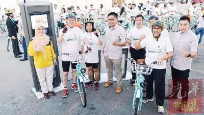 林冠英夫妇、拉昔、巴堤雅及杨健聪为Link Bike主持开幕礼。
