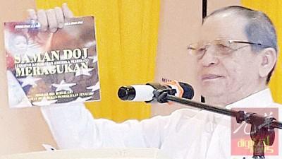 林吉祥展示一本名为《美国司法部起诉让人质疑》的书册,指书册是由纳吉所策动。