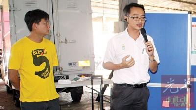 李凯伦(右)于益美园巴刹向公众汇报2016年之工作报告,左是王泽钦。