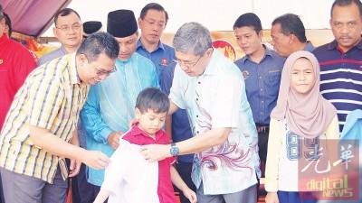吉州务大臣分派校服予其中同样名学员,与者包括谢顺海、黄启栋与张文忠市议员。