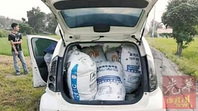 载满8包装着哥冬叶白色麻袋的国产迈威轿车。