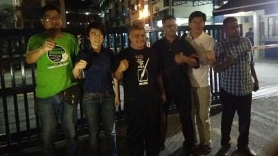 王志伟(左一起)、陈丽群、祖纳、劳伦斯、张新福及美格在金马警局前合照。(图片取自网络)