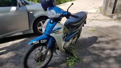 死者将摩托车匿藏在空屋草丛处。