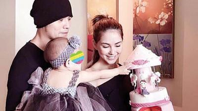 周杰伦跟昆凌(右)育有1岁女儿小周周。