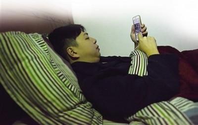 ca585亚洲城官网经常躺在床上举起双手玩手机,令左手手臂不能伸直。