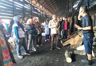 朱胡利(右5)积极推动太平旅游业,其中窑黑炭制作过程,最令人留下深刻印象。