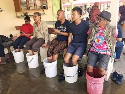 大直弄温泉泡脚是许多旅客双脚走累了最佳休息点。