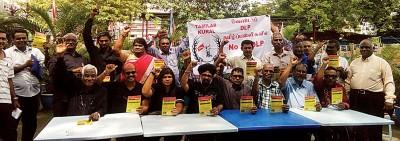 拉惹拉迪南(前排左4)与众印裔社群组织代表,共同反对在淡小落实双语课程。