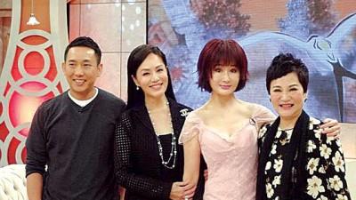 张小燕(右起)当节目中与潘迎紫、金佩姗、屈中恒畅谈往事。