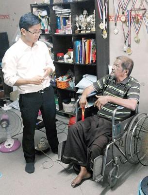 杨敦祥(左)探望苏古尔,给予鼓励。