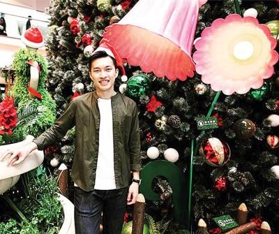 噴鼻港男单新锐伍野朗邪在圣诞树前留影。