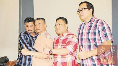 陈德钦(左2)给予黄家业(左)拥抱慰问时,后者眼眶泛泪,左3及4分别是陈诠峰及林安宁。