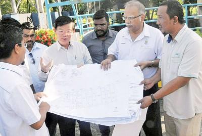 曹观友(右4)与拉玛沙米巡视才能园抽水泵站。