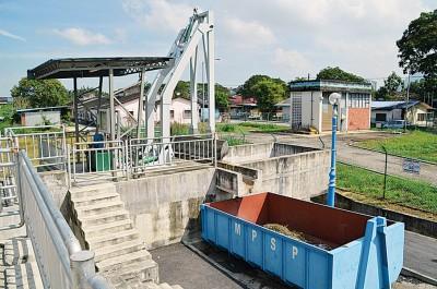 """除了提升排水系统,""""垃圾捕手器""""的建设有助于分隔及清理河流的垃圾。"""