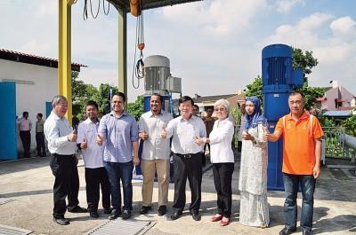 曹观友(右4)及各单位代表巡视双溪南眉治水工程。