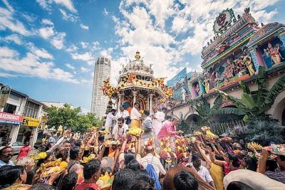 柴提亚寺庙的银花车在大宝森节中游行。