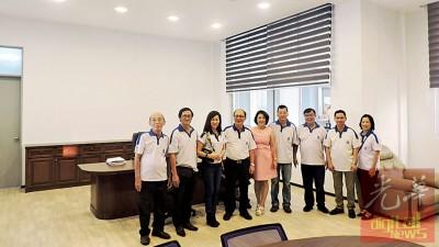 一定毅董事及小协成员参观新盖好的行政室。右5打董事财政郑秀莲以及总务吴文宝。