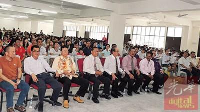 威南日新迎新生日,首届学生217名。