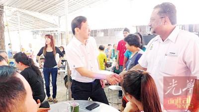 佳日星在派发新年月历时在巴刹小贩中心巧遇民政党李文典,双方君子的握手言欢。