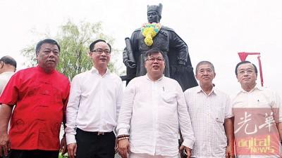 郑和铜像揭幕后,张誉发(中)与(左起)王首相、温永文、杨忠球及林亚济合照。