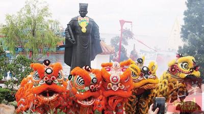 瑞狮呈祥,公众纷纷在郑和铜像前拍照留念。