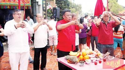 王首相带领张誉发(左1)等人进行拜祭。