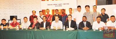 槟州前进党召开第一届会员大会,右4起是陈志铨及李宝光。